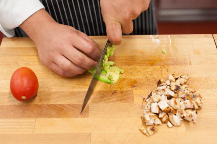 Mini szendvicsek grillezett csirkével és avokádóval elkészítés 2. lépés képe