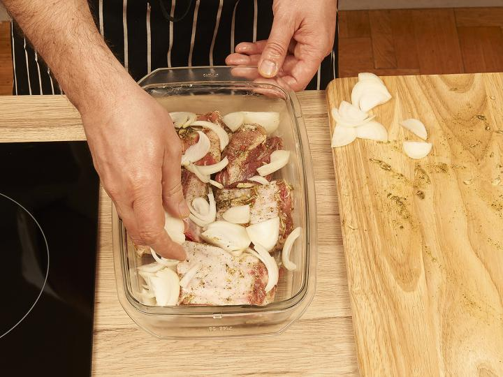 Sült oldalas hagymás burgonyával elkészítés 4. lépés képe
