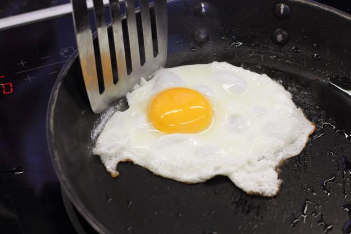 Club sandwich csirkével, baconnel és tojással elkészítés 3. lépés képe