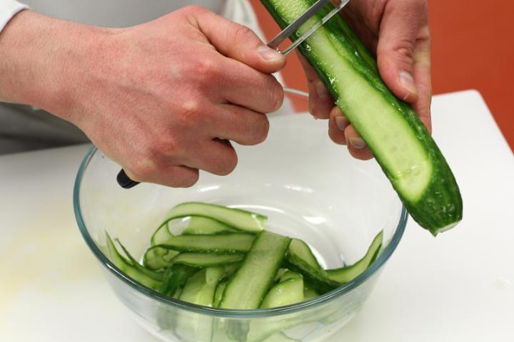 Uborkasaláta feta sajttal elkészítés 1. lépés képe