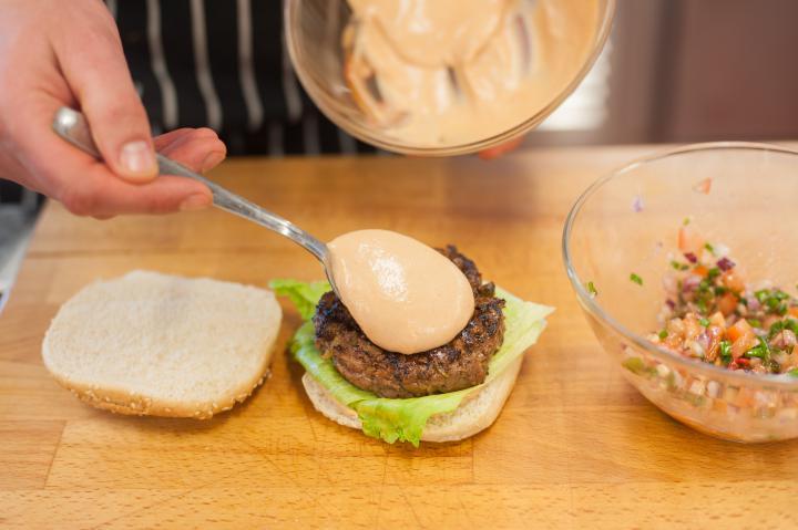 Hamburger paradicsom salsával elkészítés 2. lépés képe