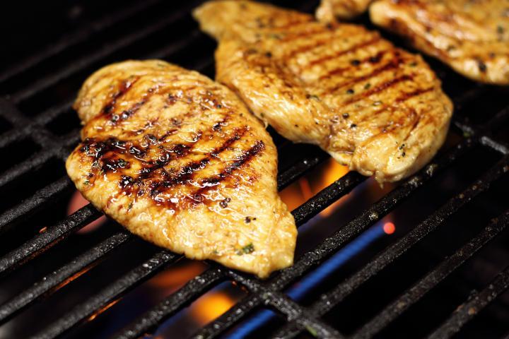 Mézes-rozmaringos grillezett csirkemell elkészítés 3. lépés képe