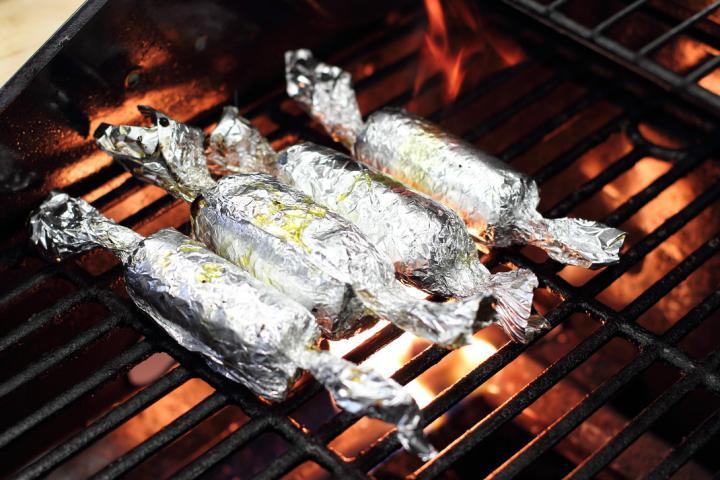 Grillezett pikáns csirkecomb joghurtos uborka salátával elkészítés 4. lépés képe