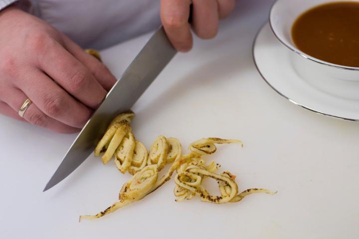 Marhahúsleves zöldségekkel és parmezános palacsintával elkészítés 6. lépés képe
