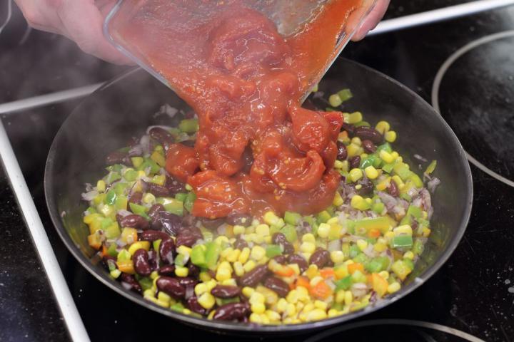 Zöldséges chili feta sajttal elkészítés 3. lépés képe