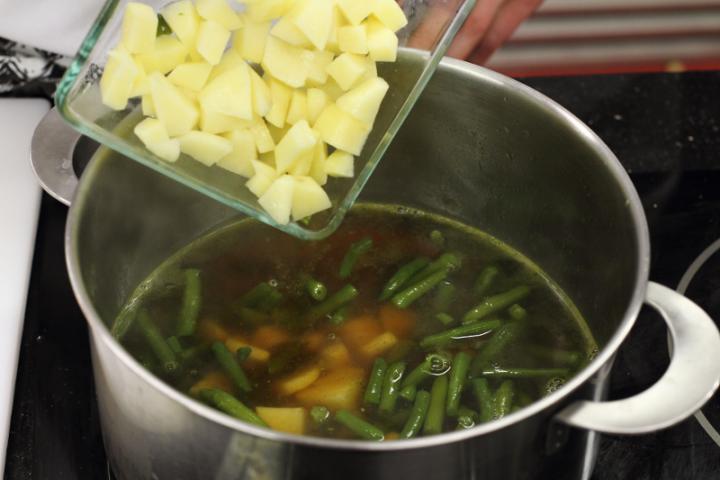 Zöldbableves burgonyával elkészítés 3. lépés képe