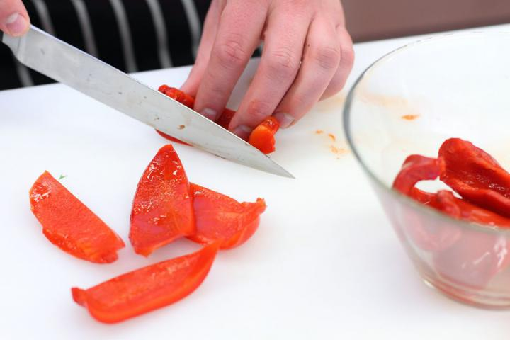 Csirketekercsek nyárson, paprikával és sonkával elkészítés 4. lépés képe