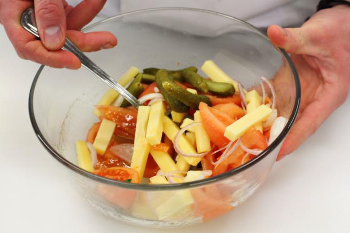 Emmentáli sajt saláta paradicsommal és savanyú uborkával elkészítés 4. lépés képe