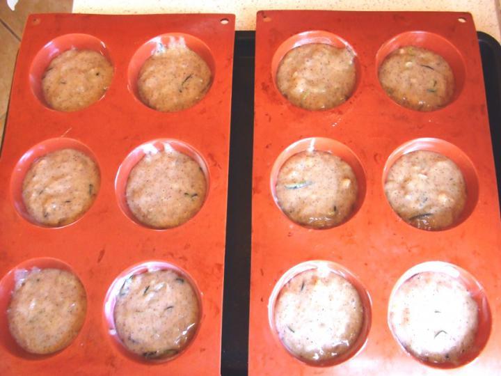 Cukkinis-diós muffin elkészítés 7. lépés képe