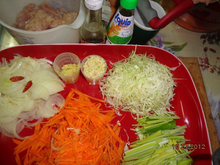 Thai tészta zöldségekkel és csirkehússal elkészítés 1. lépés képe